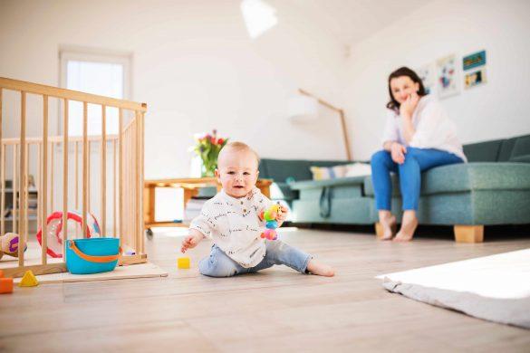 Ползающий ребенок: как обеспечить его безопасность в квартире