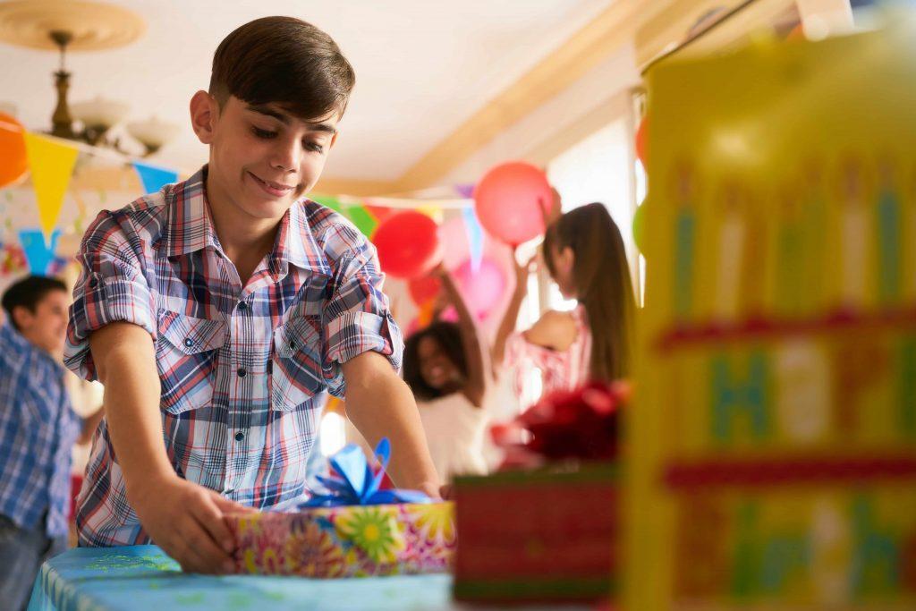 Что подарить подростку: полезные и приятные вещи