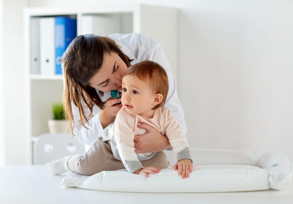Отит у ребенка: можно ли лечить его в домашних условиях?